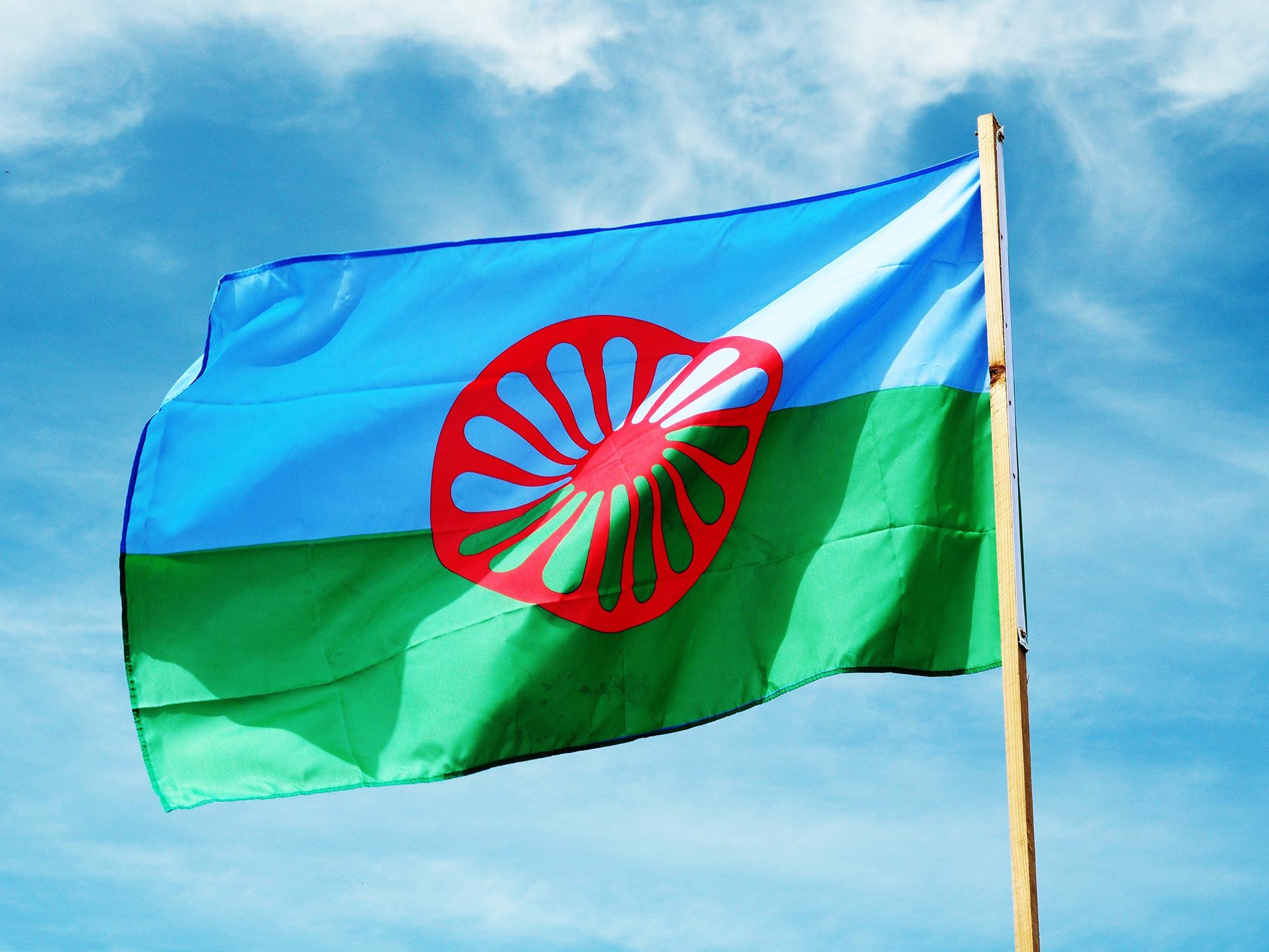 Romanien lippu, taustalla sininen taivas.
