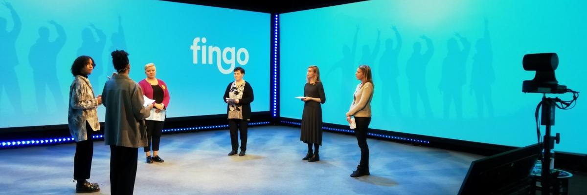 Viisi naista seisovat studio ympäristössä FVR-hankkeen päätösseminaarin kuvauksissa.