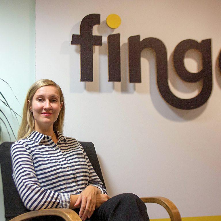 Anna Kivimäki-Pelluz istuu Fingon toimiston aulassa.