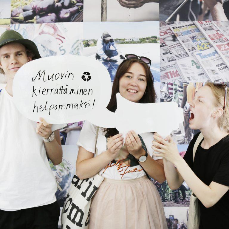 Nuoret osallistuvat kuvatempaukseen.