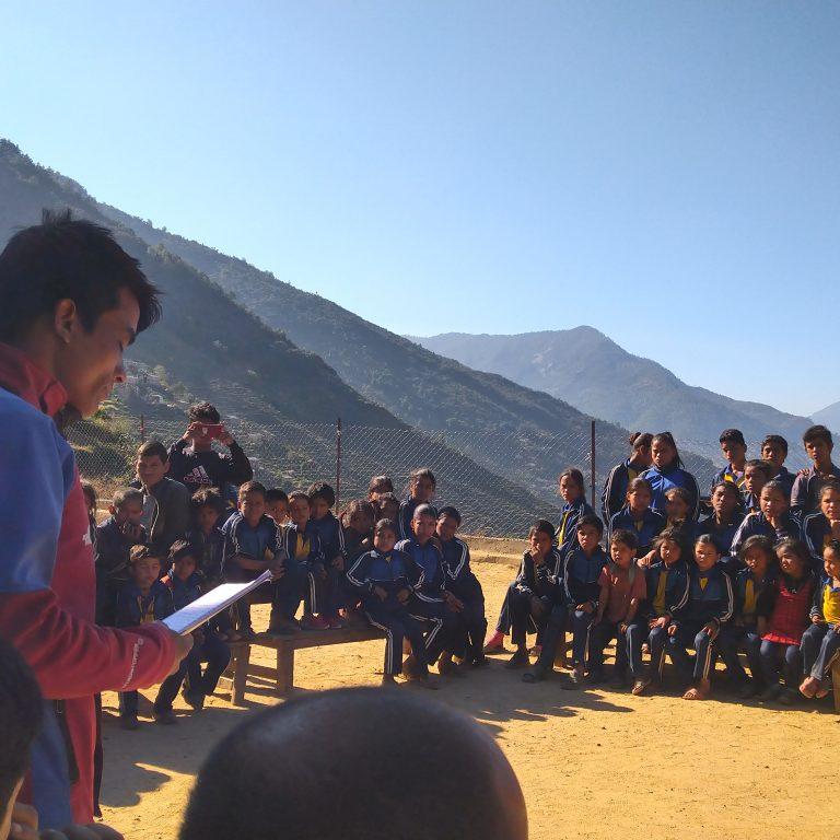 Nuorisokerhon johtaja Keshba Bohara puhuu Suvakalikan koululaisille ilmastonmuutoksesta Kalikotin piirikunnassa Länsi-Nepalissa.
